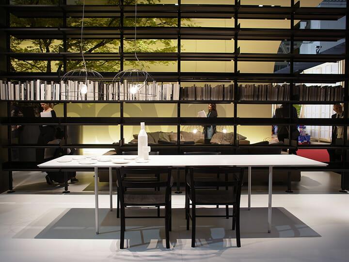 DePadovaのテーブル「TEE」、アルミハニカムパネルを天板に採用することで補強を不要にした。日本のインテリアズ社から2011年より発売している製品をDePadovaが採用し世界デビュー