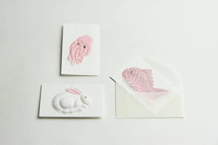 二つ折りカード:季節感や気持ちを届けるカード。伝えたいひとことが、和菓紙によって象徴的に語られます