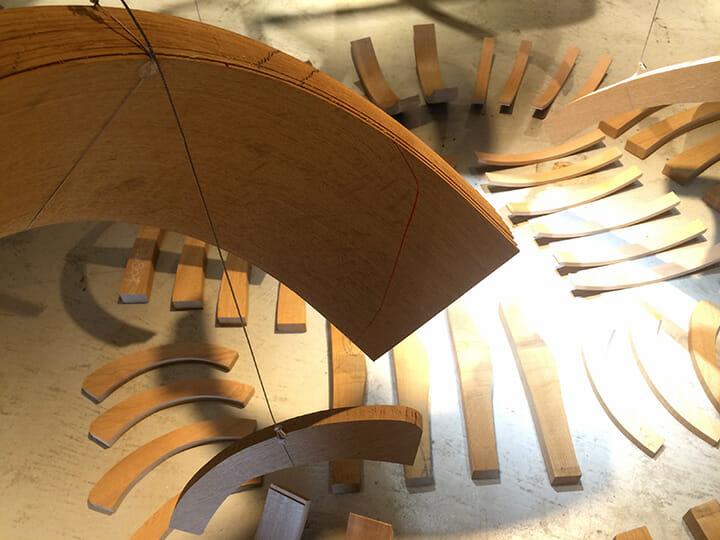 田根さんによるスペシャルインスタレーション。工場を見学し、椅子の部品の美しさや考え抜かれた製作過程に感動し、普段は完成形しか見ることがない椅子の背景を伝えようと、今回のようなインスタレーションになったそうです。中央に並んだ椅子のパーツは発掘された恐竜の骨のようにも見えて、これも目を奪われるところ。