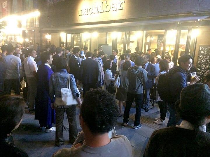 ミラノデザインウィークで仕事が終わった後に皆が集まるバー「バルバッソ」ではなく、旭川です。左側に青い衣装に身を包んだ田根さんもいらっしゃいます