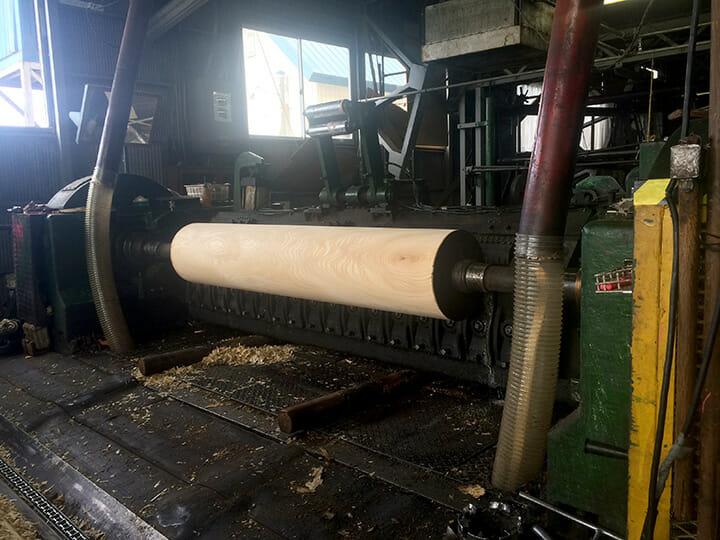 滝澤ベニヤの単板工場にて、丸太の桂剥きです