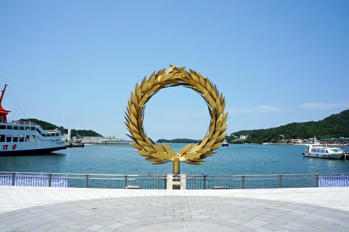 「太陽の贈り物」チェ・ジョンファ。オリーブの葉には小豆島の子どもたちのメッセージが刻まれている