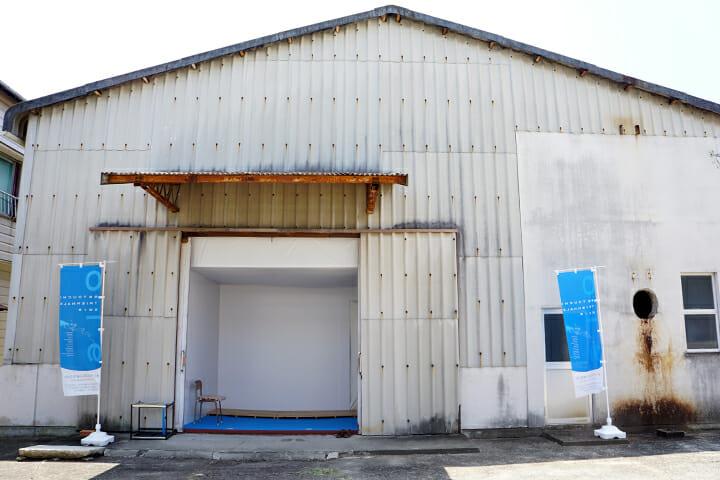 この旧醤油倉庫の中に巨大な作品が展示されている