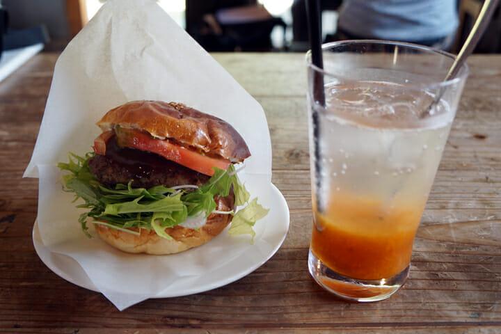 小豆島オリーブ牛バーガー。セットのあんずソーダが格別でした