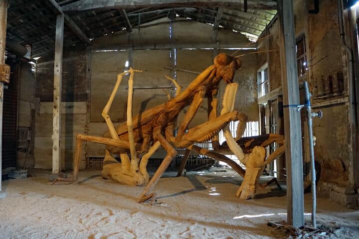 「空想と虫籠」尾身大輔。巨大な蟷螂の木彫に圧倒されます