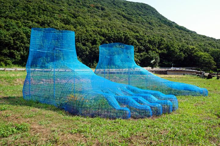 「段山遺跡群」久保寛子。周囲の風景に溶け込む巨大な足