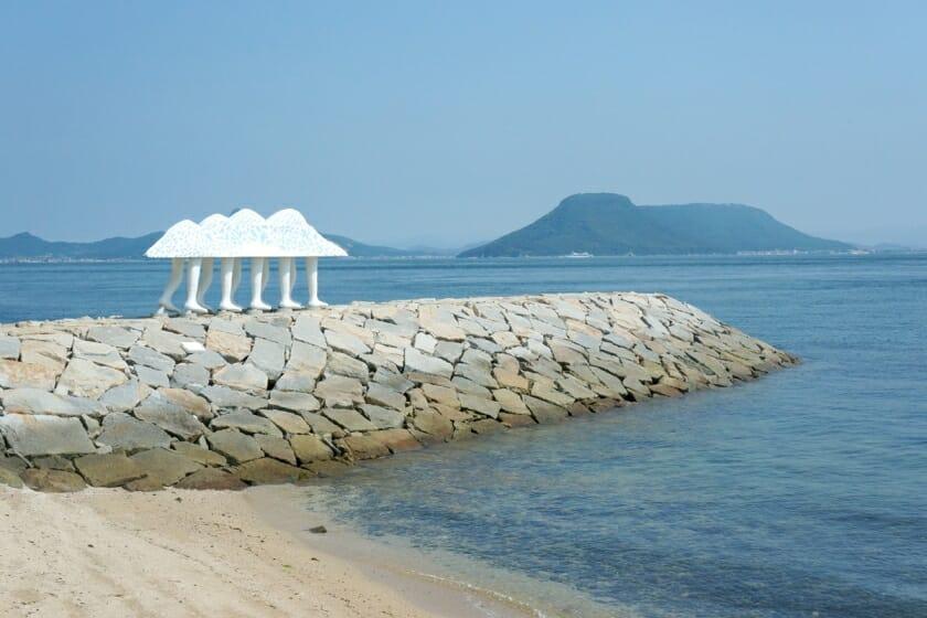 坂道の先には、自然に寄り添うアートと美味しい食べものが待つ「男木島」