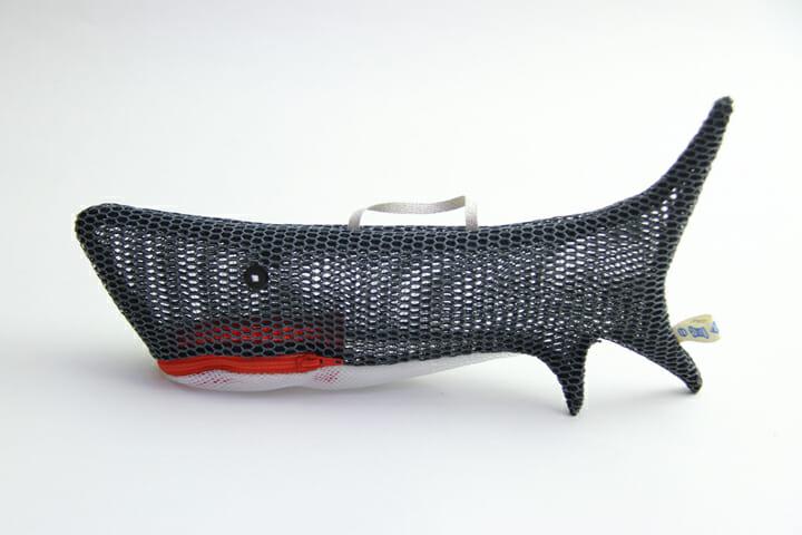 サメのポーチ:大きくてインパクトのある一品。大きな口から沢山ものを詰め込めます
