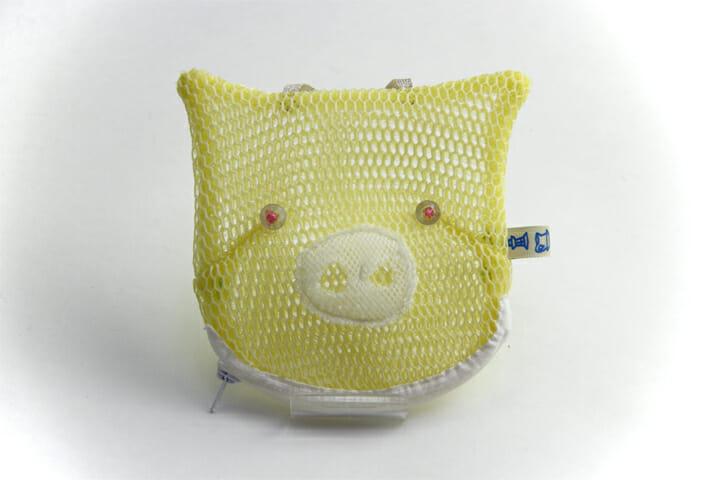 ブタポーチ:さわやかな黄色が特徴のメッシュ素材でできたポーチ