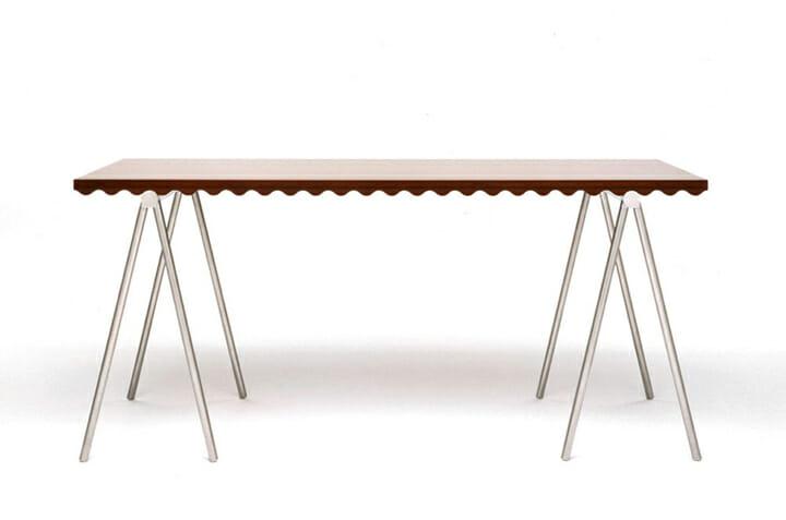 Naminami table/波形の断面を持つ天板とその断面で脚フィットする台
