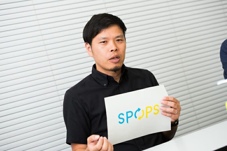 「P」は「プスッ」と差すノズルの先端をイメージし、「O」は矢印で回転させるエコ的な要素も取り入れた、SPOPSのロゴ