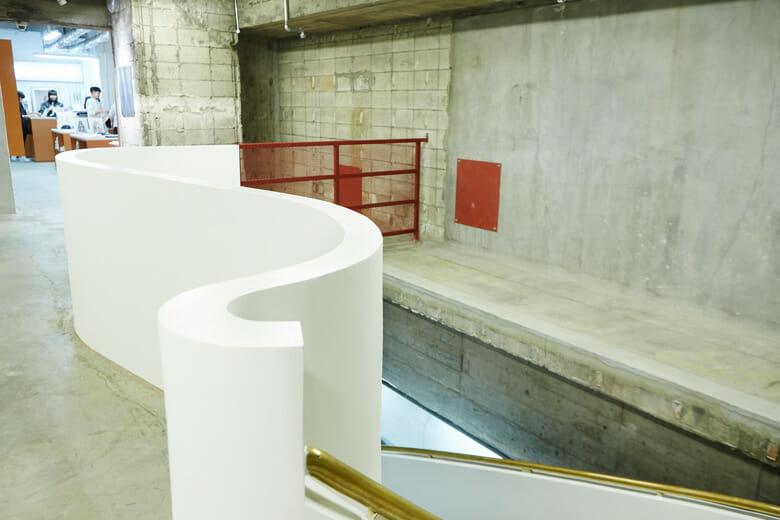 地下3階と地下4階をつなぐ階段