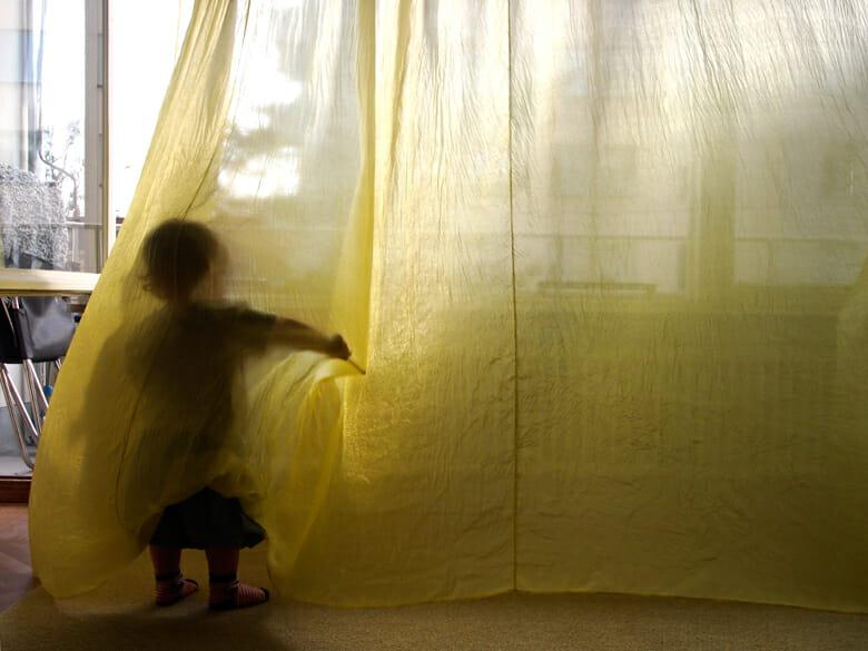 黄色いシルクのカーテン