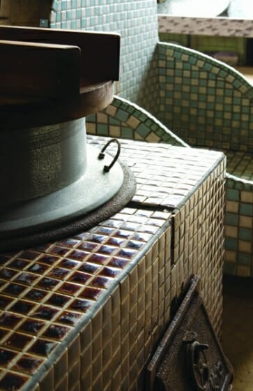モザイクタイルのカマド(多治見市モザイクタイルミュージアム蔵)