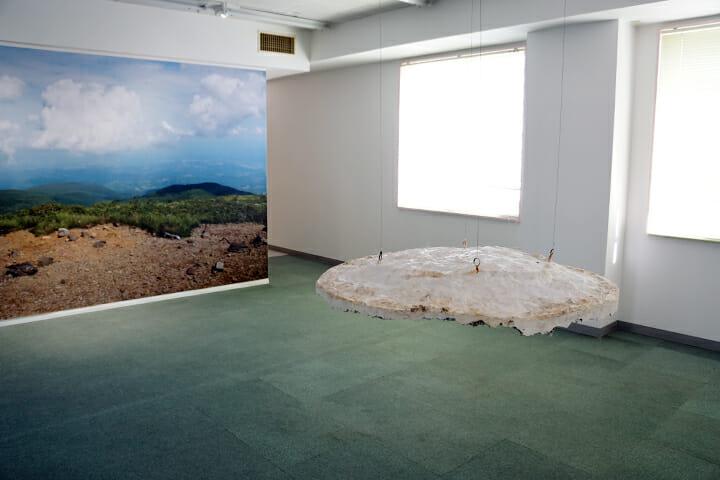 二藤建人/山頂の谷底に触れる(写真右)、空に触れる(写真左)