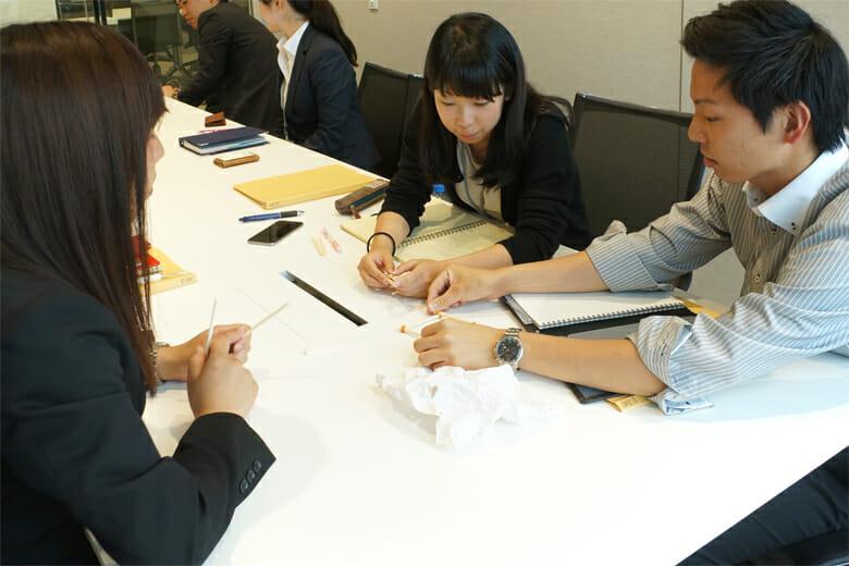 須田怜那さん、森北沙恵子さん、矢嶋純也さん。人数が他の班よりも多いため、密にミーティングを行ったと話す