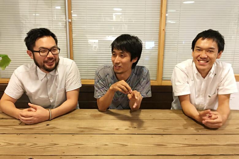 ブルーパドルのメンバー。左から、深津康幸さん(プロデューサー)、佐藤ねじさん(アートディレクター/プランナー)、橋本大和さん(エンジニア)