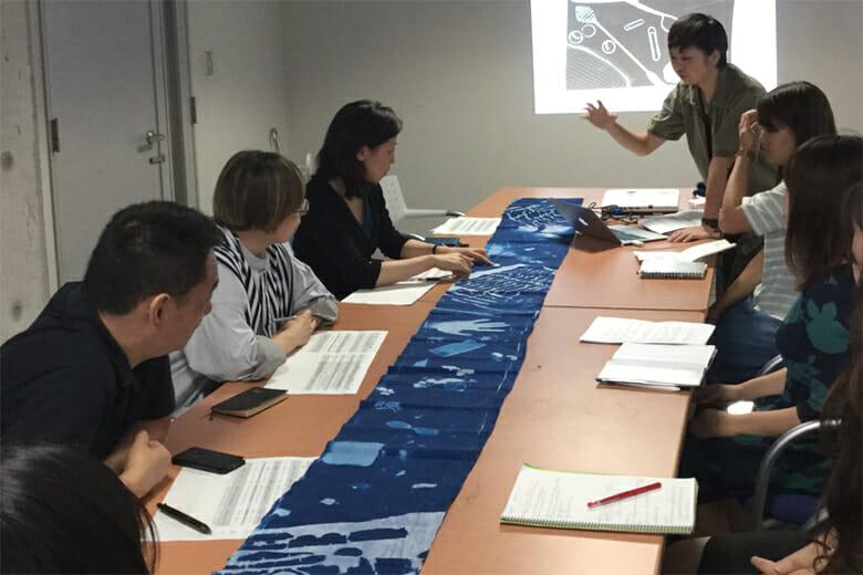 プロジェクト企画実施委員会のメンバーからアドバイスを受けている学生たち
