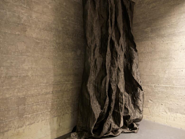 ゴットランド島掩体壕跡の住宅のカーテン (2)