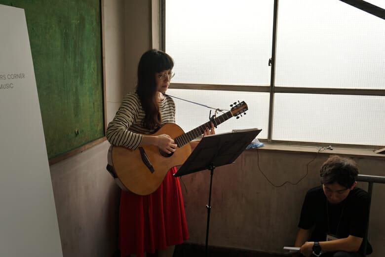 柴田聡子さんが会場にあちらこちらでふいに歌いだす