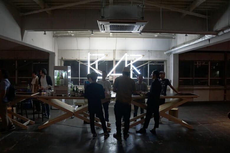 「BAR」の電飾が夜の名村造船所跡地/クリエイティブセンター大阪を照らす