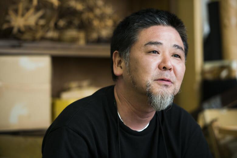 野老朝雄 1969年東京生まれ。デザイン学科建築専攻卒業、AAスクール在籍を経て江頭慎に師事。2001年9月11日より「繋げる事」をテーマに紋様の制作をはじめ、美術、建築、デザインの境界領域で活動を続ける。