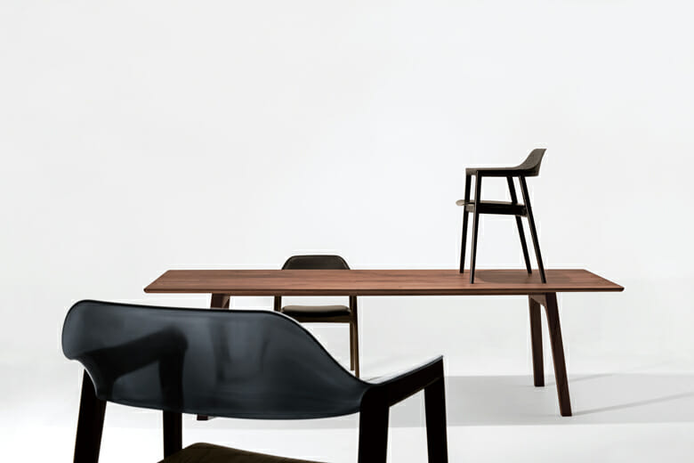 ドイツ人デザイナー 、ミヒャエル・シュナイダーによる、木と樹脂によるコンビネーションのダイニングコレクション「TEN(テン)」