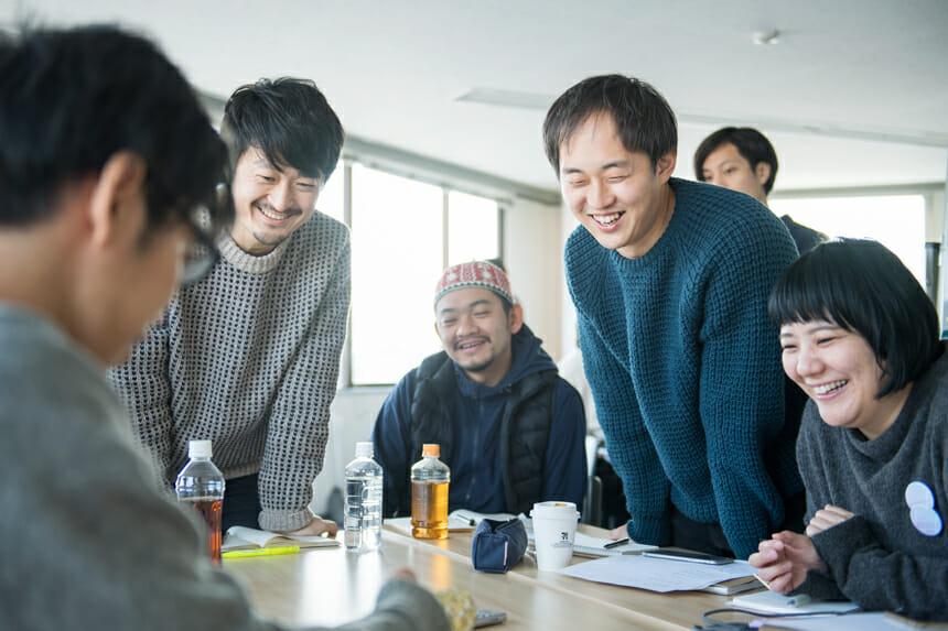 (左から)2016年度の講師の萩原俊矢さん、高橋孝治さん、原田祐馬さん、プログラムディレクターの多田智美さん