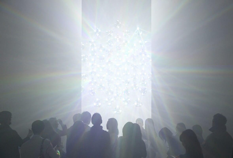 吉岡徳仁さんの新作インスタレーション「吉岡徳仁 スペクトル-プリズムから放たれる虹の光線」