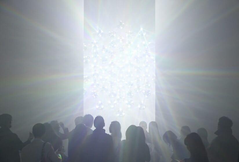 吉岡徳仁の確実な進化「吉岡徳仁 スペクトル-プリズムから放たれる虹の光線」