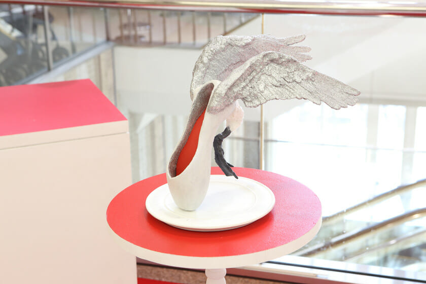 今回新作として展示された鳥の作品。銀色の翼がきらきらと輝き、ひと際目立っています