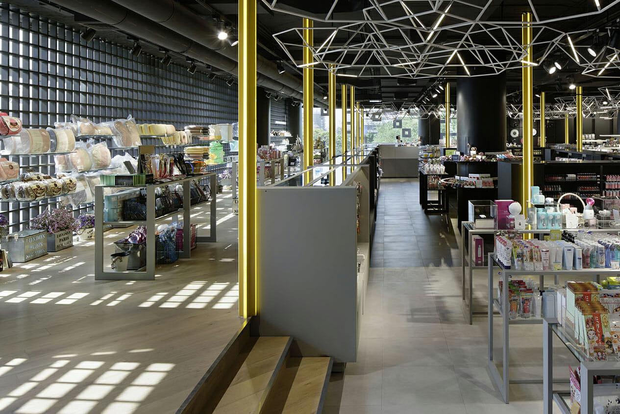 昼と夜では店内の風景に差が生まれる。いつ訪れても異なった雰囲気で買い物が楽しめる