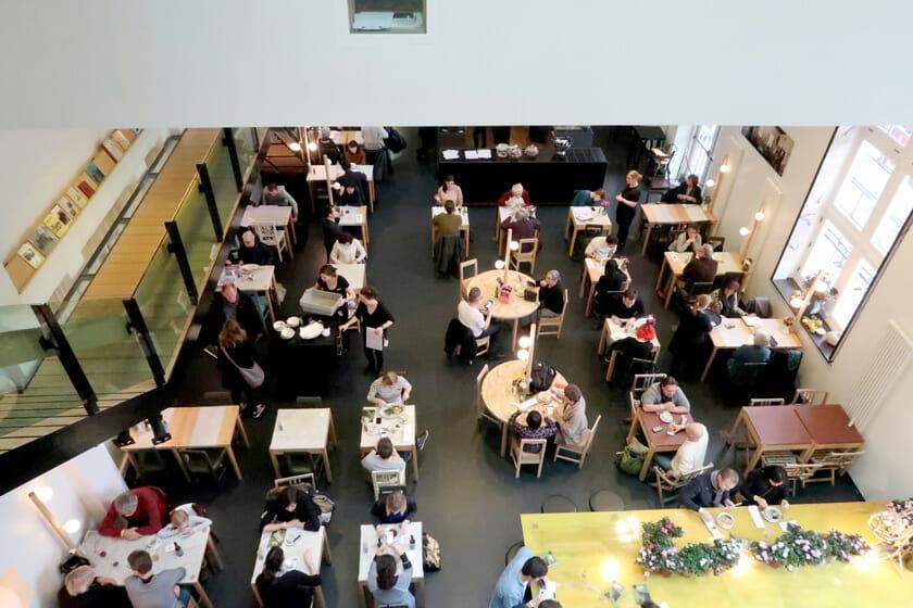 出展者の打合せや交流の場となるメインダイニングカフェ、長坂常さんデザインのテーブルも