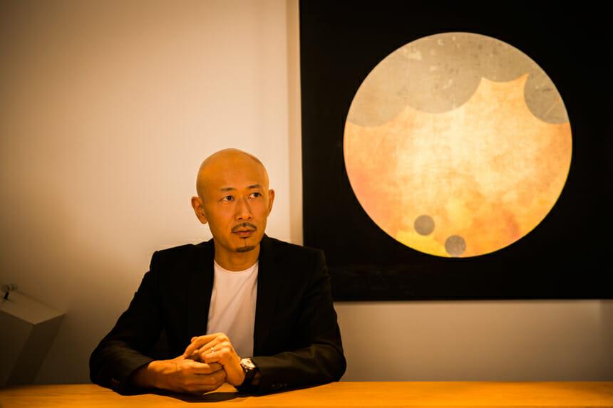 MASARU OZAKI モーショングラフィックスをデザインの原点としながら、独自の世界感をクリエイティブに織り込む。ジョン・ローレンス・サリバン、ニールバレット、ディーゼルをはじめとする世界を代表するトップブランドのファッションショー映像や空間演出なども手がけ、2010年5月開催の上海万博「日本館」では、ORIGAMIWALLなど多くのプロジェクション・マッピング演出を創作、メインエントランスには立体彫刻やアート作品が常設されるなど、その活動はワールドワイドに拡がる。2011年より自らの 「THINK GREEN」への着想を表現すべくアート・ プロジェクト「LightTreeProject」 を開始する。
