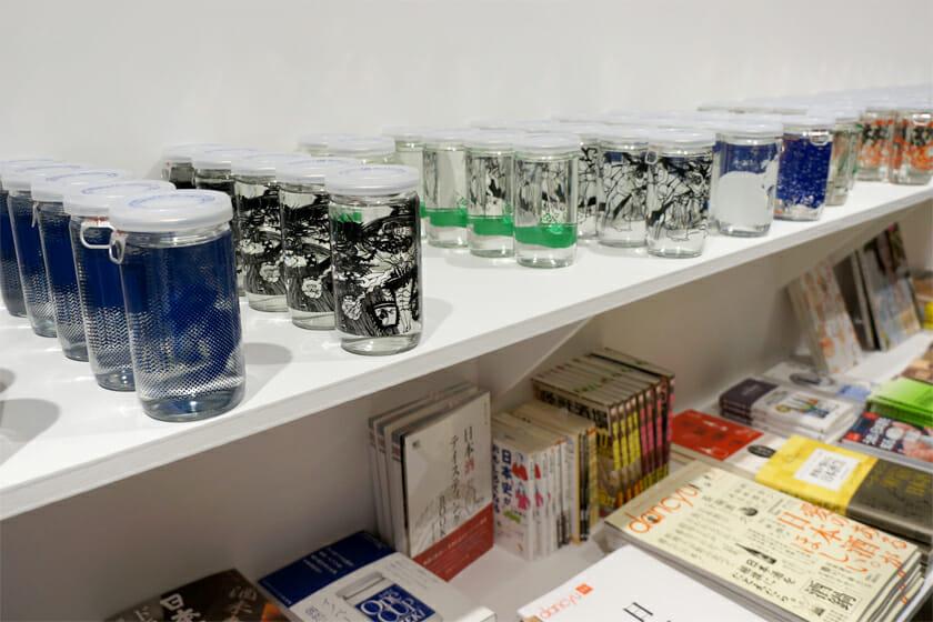 会場には展示に関連する地酒銘柄や、お酒にまつわる雑貨を販売するショップも併設。「クリエイターズ・デザイン・ワンカップ」も販売されていますが、すでに売り切れ続出だそうなのでお早めに!