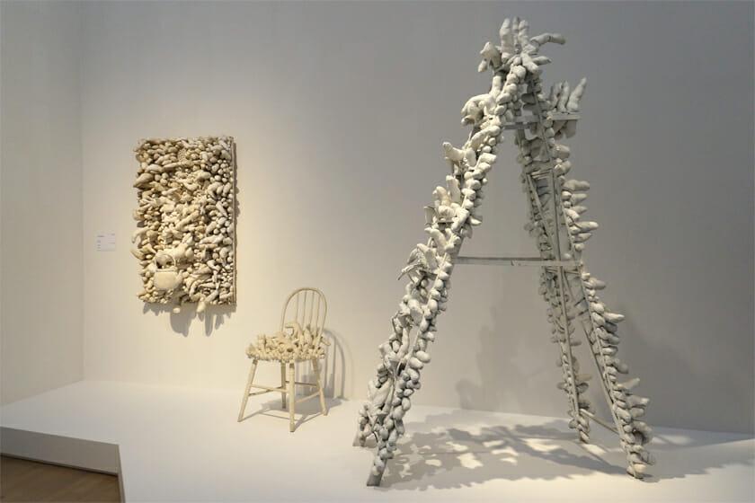 写真左から:《The Man(1963年)》広島市現代美術館、《無題(イス)(1963年)》豊田市美術館、《トラヴェリング・ライフ(1964年)》京都国立近代美術館