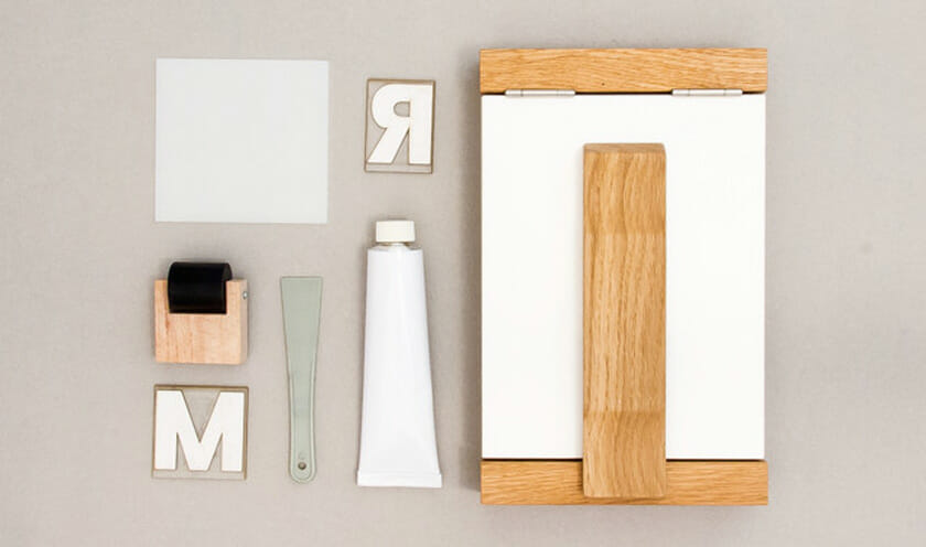 Paper Parade Print Kit。木製の印刷機、インキ、ヘラ、ローラー、インキ台、活字がセットになった印刷キット