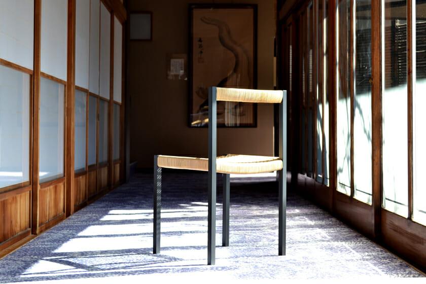 簡素な椅子