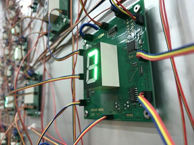 宮島達男 《LIFE (complex system)- no.7 》 2016年、127.4 x 175.4 × 13 cm 発光ダイオード、IC、イケガミプログラムのマイコン、電線、光センサー、プレキシグラス、アルミハニカムパネル、ステンレスフレーム、 Courtesy of SCAI THE BATHHOUSE