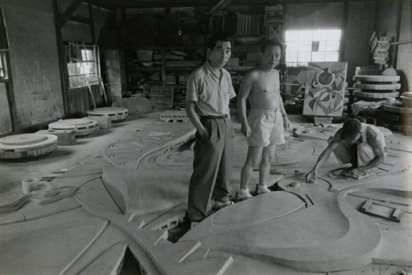 「日の壁」制作中の岡本と丹下、1956年