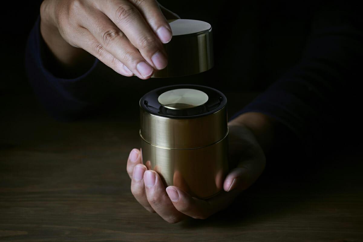 響筒/フタの開閉に合わせてON・OFFの切り替えになっているスピーカー。掌で音の振動を楽しむことができる
