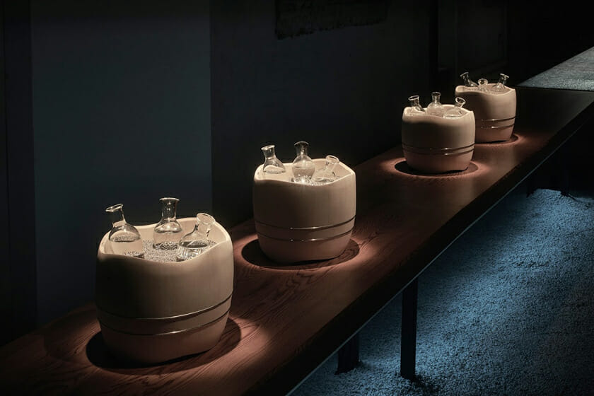 銀砂ノ酒器/木桶の中にある銀の砂をIHが冷やし、中に入れた飲み物を冷やし続けてくれる
