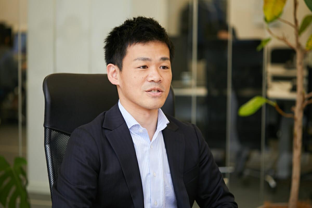 坂井宏成:2011年東京大学大学院化学生命工学専攻修士課程修了。株式会社三菱総合研究所に入社し、2016年より現職。前職ではコンサルタントとして顧客のマーケティング戦略や、知財分析に基づくメーカーの事業戦略・研究開発戦略等を立案。現在は研究開発戦略策定、知財管理、生産管理等の業務に従事。新工場の立上げにも関与