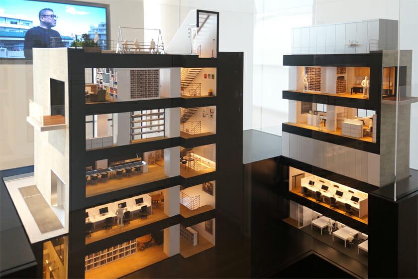 ワンダーウォール・オフィス・ツアー/会場入口で迎えてくれるのは、Wonderwallのオフィスの模型。オフィスの壁や棚などいたるところには今回展示されているアート作品や骨董などが並びます