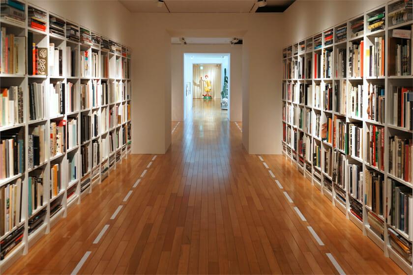 ブックギャラリーのように片山さんの蔵書が並びます。展覧会で書棚があるのはちょっと不思議な気分