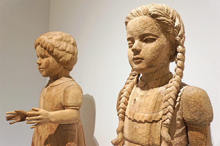 ダイナミックな中にも可憐さを持つ、大竹利絵子さんの木彫作品