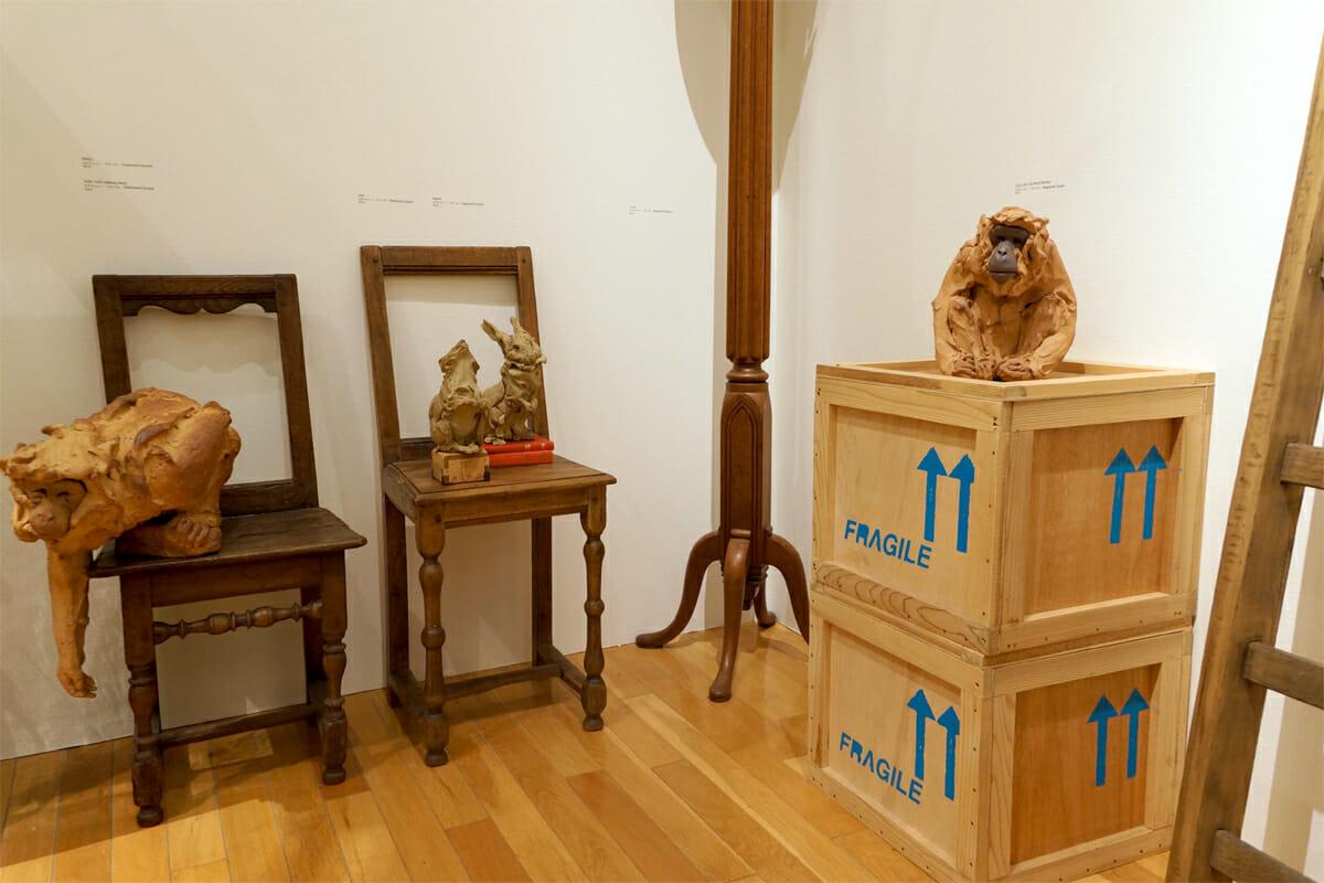 動物を表情豊かに造形するアーティスト、ステファニー・クエールの作品。アンティークの家具にも慣じんで元からそこにいたかのようなサルやウサギのポーズが愛らしい