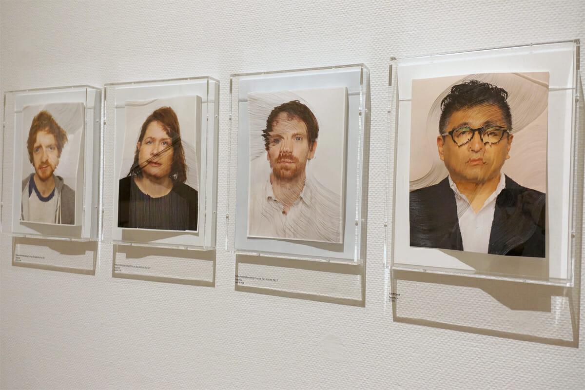 彫刻家の飯田竜太さんとグラフィックデザイナーの田中義久さんによるアーティストデュオ・Nerholの写真彫刻作品。写真右端は片山正通さんをモチーフにつくられたもの