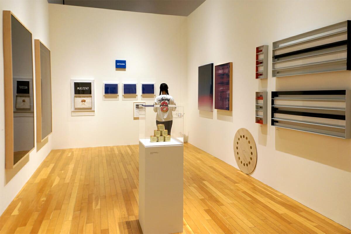 正面の壁の一番上にかかっているのは、川原温さんの「日付絵画」。そのまわりには村上隆が日付絵画をオマージュした作品が掛かっています