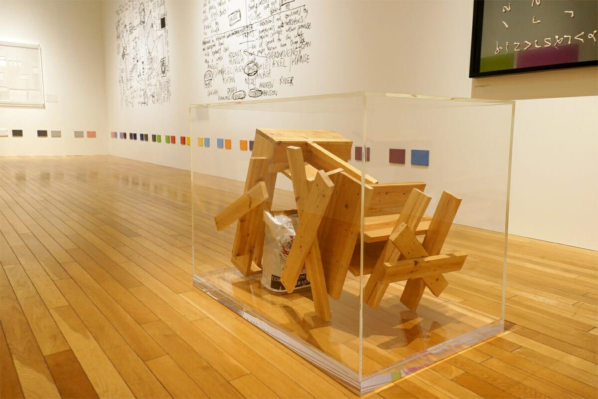ある有名な椅子の設計書を子どもに渡してつくらせたら、まったくちがった形が生まれたという、ライアン・ガンダーの作品